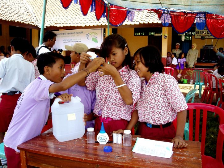 indonesia-students-practice-testing-and-treating-water-to-make-it-safe-to-drink-725x544.jpg