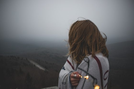 Woman-view-mountain-fog